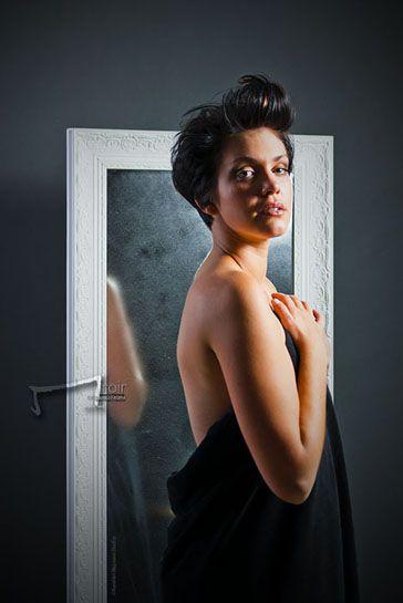 la collection Miroir en photo, par Aurelien Magnano et Pauline Jalabert les artistes de vos cheveux. Pour le plus grans soin de votre chevelure à Montauban. femme brune cheveux court nue devant miroir